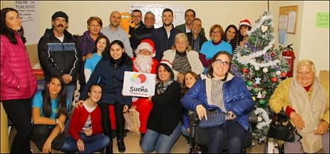 """La presidenta de AMFA, M. Carmen Mora, con parte de sus colabroadores y el presidente de """"Sueña Torrevieja"""", Fede Gadea y algunos miembros de la formación"""