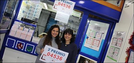 Inmaculada Pérez y su huija Yasmina Arranz, en la foto tomada el 22 de diciembre con motivo de la entrega del segundo premio del Sorteo de Navidad