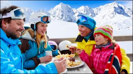 familia-comiendo-en-la-nieve