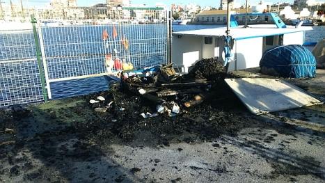 Aspecto de la caseta tras el incendio (Foto Ayuntamiento Torrevieja)