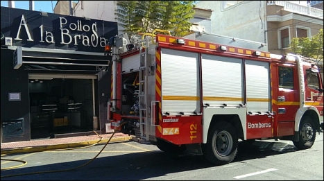 Los bomberos sofocaron el incendio rápidamente (Foto cedida por M. Carmen Lavesa)