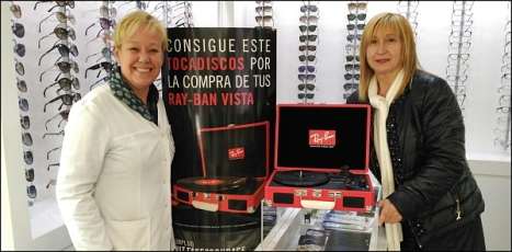 Caridad Salmerón con la ganadora del premio, Ana María