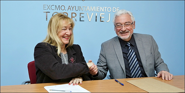 Pilar Gómez y J. Manuel Dolón se dan la mano, tras la firma del acuerdo (Foto: J. Carrión)