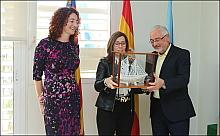 La edil cartagenera, recibe del manos del alcalde un Barco de Sal (Foto: J. Carrión)